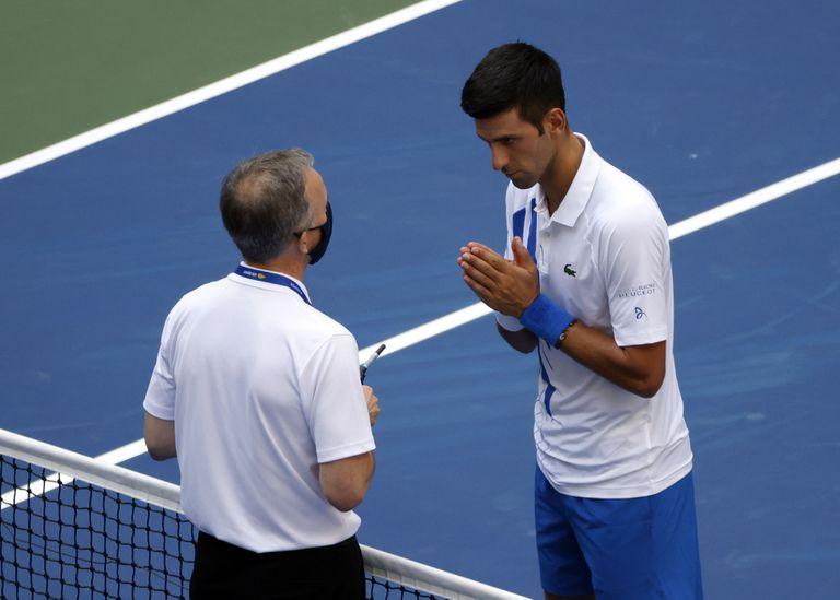 Djokovic implora al juez principal del US Open, tras propinarle un pelotazo a una juez de línea.