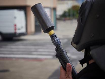 Un agente de Policía Nacional con una espopeta antidisturbios.