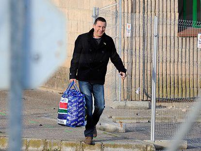 El dirigente de la izquierda 'abertzale' Arnaldo Otegi sale en libertad tras cumplir una condena de seis años y medio por tratar de reconstruir bajo las órdenes de ETA la ilegalizada Batasuna.