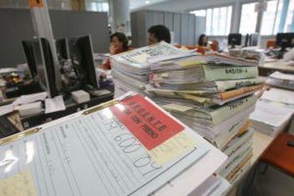 Dar más competencias a los notarios aliviará la carga de los juzgados.