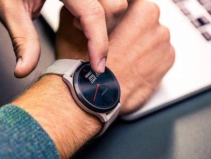 El reloj híbrido inteligente de la marca Garmin, Garmin Vívomove HR, con correa en color marrón claro y esfera en negro.