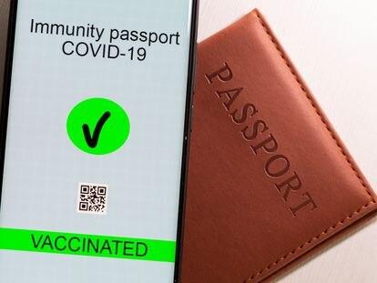 Un móvil con una ilustración simulando el futuro pasaporte vacunal europeo.