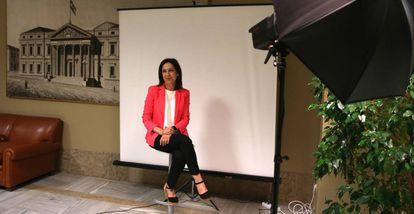 Margarita Robles, durante la foto oficial como diputada en el Congreso.