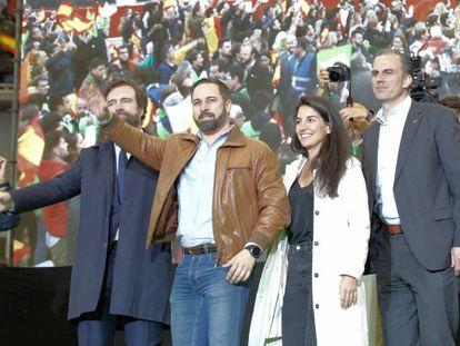 El presidente de Vox, Santiago Abascal junto a Javier Ortega Smith y Rocío Monasterio.