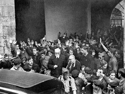 Unamuno, hostigado por los seguidores de Millán Astray, abandona la Universidad de Salamanca, tras el discurso del 12 de octubre de 1936.
