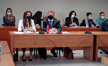 Al fondo, en ambos extremos, María Jesús M., a la izquierda, y Salvador R., a la derecha, el primer día de juicio por el crimen de Patraix.