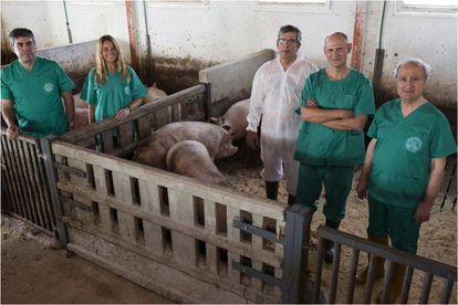 Izpisua, segundo por la derecha, con colaboradores de la Universidad Católica San Antonio de Murcia.