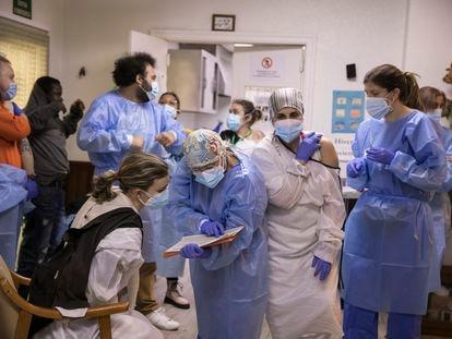 Un equipo de sanitarios vacuna a trabajadores de una residencia de Barcelona, el pasado enero.