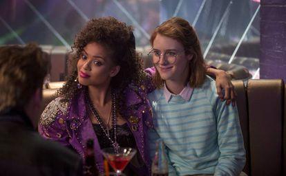Las actrices Gugu Mbatha-Raw y Mackenzie Davis, en una imagen del capítulo 'San Junipero' de la tercera temporada de 'Black Mirror'.