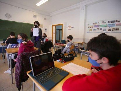 Clase de aprendizaje por ámbitos en primero de la ESO en el instituto Pare Vitòria de Alcoi, Alicante, el miércoles.