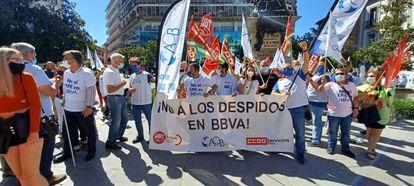 Concentración en la Plaza Isabel la Católica de Granada de trabajadores de BBVA con el ERE planteado.