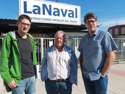 Entre los tres suman más de cien años en La Naval. El presidente del comité de empresa Pedro González a la izquierda, Manuel Velado en el centro y Txema Belón.