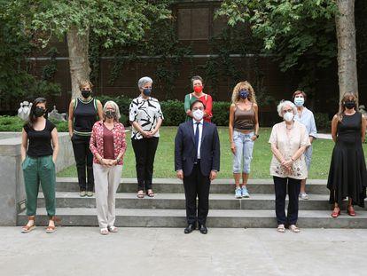El ministro de Asuntos Exteriores, José Manuel Albares; la presidenta de la agencia Efe, Gabriela Cañas (tercera por la izquierda) y la periodista Soledad Gallego-Díaz (tercera por la derecha), exdirectora de EL PAÍS, en el Palacio de Viana, en Madrid, este miércoles.