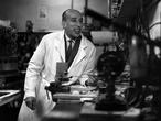 Autor desconocido, José Val del Omar en uno de sus laboratorios (probablemente, el del Instituto de Investigaciones y Experiencias Cinematográficas de Madrid), alrededor de los años sesenta.
