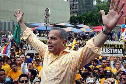 El candidato de la oposición, Manuel Rosales, saluda a sus partidarios en la marcha que el sábado celebraron en las calles de Caracas.
