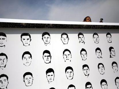Miembros de Amnistía Internacional colocan unmural con el rostro de los desaparecidos en Iguala (Guerrero, sur de México).