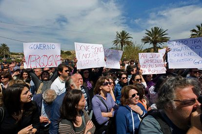 Habitantes de Lampedusa protestan contra Berlusconi.