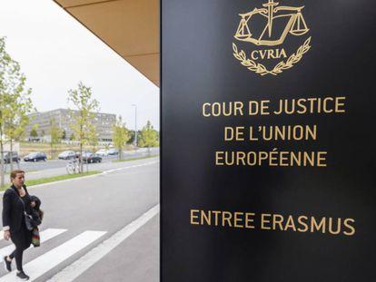 Una mujer se acerca a la sede del TJUE en Luxemburgo, en una imagen de archivo.