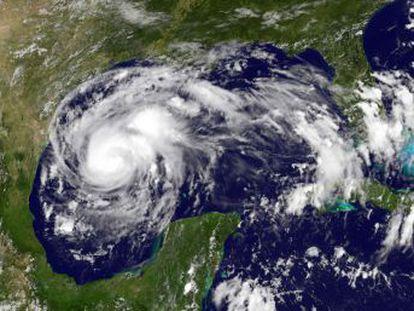 El Centro Nacional de Huracanes advierte de que el fenómeno podría fortalecerse y ser una  amenaza para la vida  cuando toque tierra en Corpus Christi el viernes