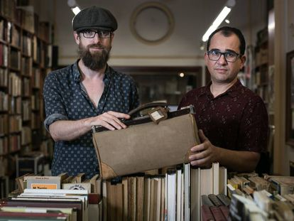 David Barrós y César Calavera posan con el maletín comprado en el Rastro y etiquetado con los apellidos Ramón y Cajal.