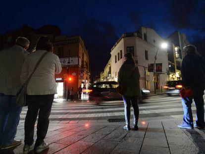 El paso de cebra con semáforos en el suelo.