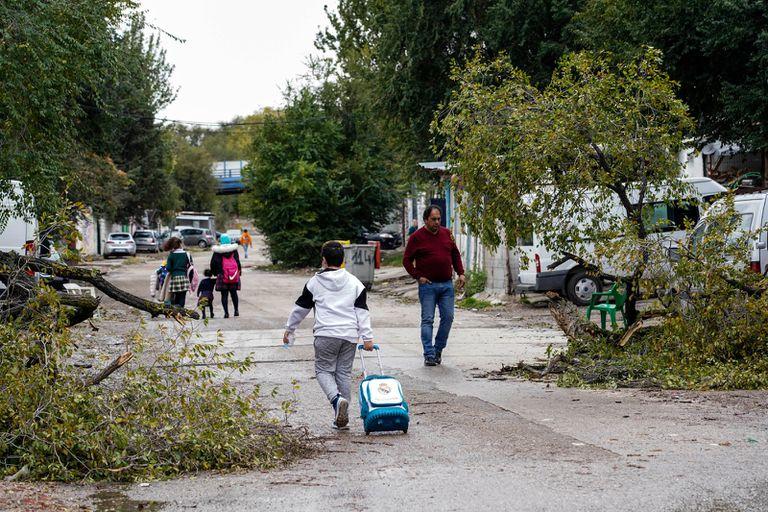 Un niño se dirige a su casa tras bajar del autobús en el sector seis de la Cañada Real.
