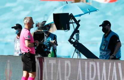 El árbitro Bjorn Kuipers revisa en el VAR una jugada en el partido entre España y Eslovaquia del pasado miércoles en La Cartuja (Sevilla), que terminó señalando penalti sobre el español Koke.