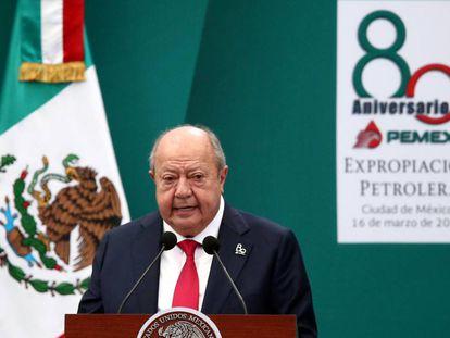 Carlos Romero Deschamps, lider sindical de PEMEX durante un acto en Ciudad de México en marzo