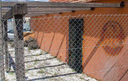 Local de El Secreto de El Mar en Vigo, con la marca en la pared del rótulo de El Niño, que ha sido arrancado.
