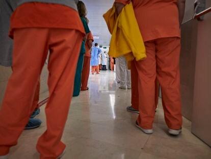 Sanitarios esperan para ser vacunados contra el coronavirus en el Hospital Gregorio Marañón de Madrid (España), el pasado 11 de enero.