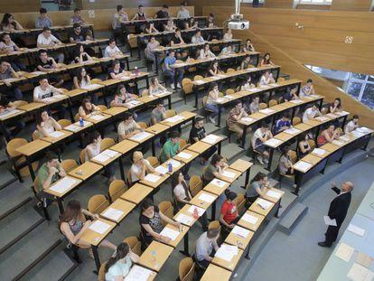 Vista de un aula en el examen de Selectividad en la Facultad de Odontología de la Universidad Complutense de Madrid, en 2016.