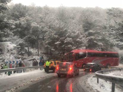 El autobús que ha causado las retenciones, este domingo en la carretera de Sierra Nevada.
