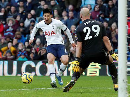 Son, ante Reina durante un partido entre el Tottenham y el Aston Villa en febrero.