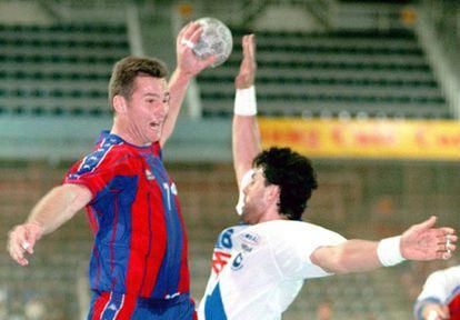 El diputado 'abertzale' Mikel Errekondo fue jugador profesional de balonmano y coincidió con Iñaki Urdangarin en la selección española. En la imagen, el duque de Palma (izquierda) y el parlamentario durante un partido en 1998.