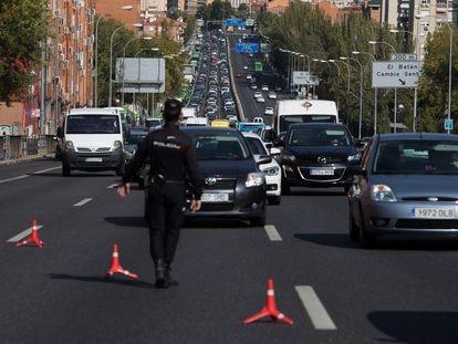 Un control policial en la A5, a la salida de Madrid, este viernes.