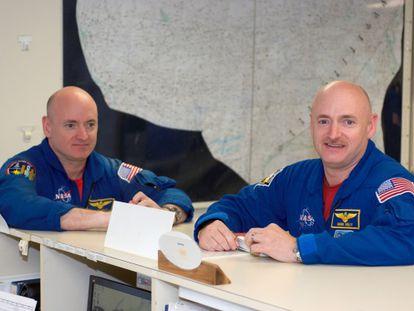 Los hermanos astronautas Scott y Mark Kelly.