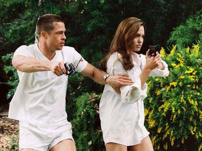 """Angelina Jolie e Brad Pitt se conheceram em 2003 durante as filmagens do filme """"Sr. e Sra Smith"""", estrelado pelo casal . Até então, o ator ainda era casado com Jennifer Aniston. Depois da estreia do filme, e a química comprovada Jolie e Pitt, os rumores sobre o possível relacionamento se espalharam como pólvora. Um relacionamento que se confirmaria logo depois."""