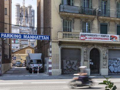 Una pancarta, en una finca de la calle de Aragó de Barcelona, cercana a la Sagrada Familia, protesta contra las expropiaciones que podrían suponer los planes del templo.