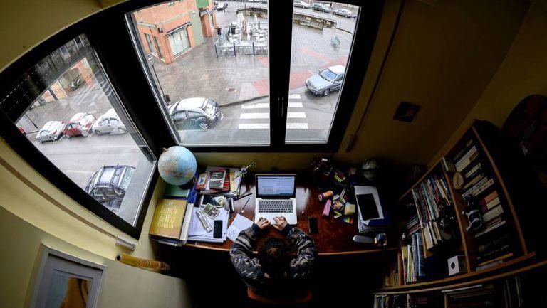 Una mujer teletrabaja en su casa de Burgos.