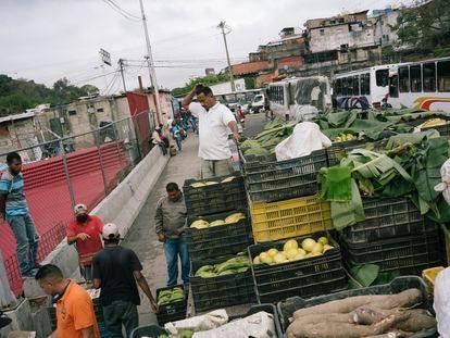 Productores llegan a vender al frente del mercado Guerrero de Baloa II en Caracas, el pasado 27 de enero.