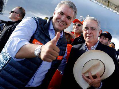 Iván Duque (izquierda), junto a Álvaro Uribe en la campaña de 2019.