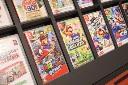 Diferentes videojuegos de Super Mario Nintendo Switch en exhibición en una tienda de Shibuya, Tokyo.