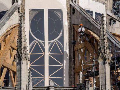 Trabajadores en las obras de restauración de Notre Dame, hoy miércoles 24 de julio. En vídeo, declaraciones del arquitecto Philippe Villeneuve.