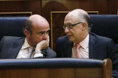 Los ministros de Hacienda, Cristóbal Montoro (derecha), y de Economía y Competitividad, Luis de Guindos