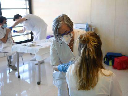 Trabajadores sanitarios ponen vacunas Moderna, este sábado, en el hospital Sant Joan de Deu, de Barcelona. / JOSEP LAGO (AFP)