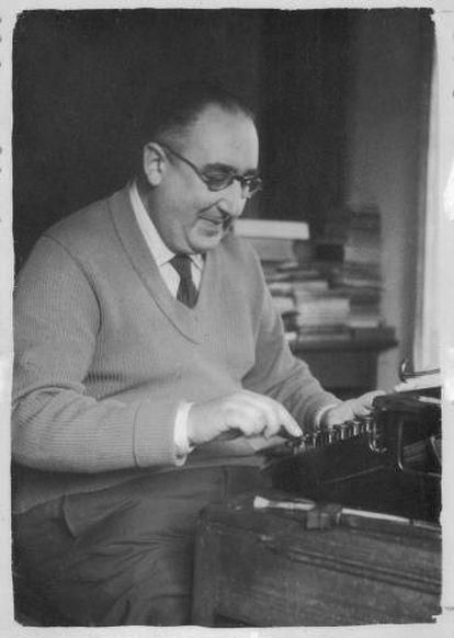 Cunqueiro, en su casa de Mondoñedo, en una imagen de 1959.