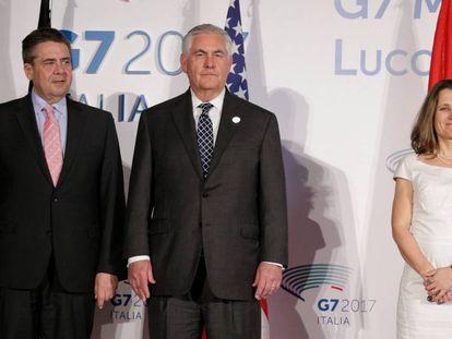 El ministro de Exteriores alemán, Sigmar Gabriel (izquierda), el secretario de Estado de EEUU, Rex Tillerson y la ministra de Exteriores canadiense, Chrystia Freeland, en la reunión del G7 en Lucca este martes.