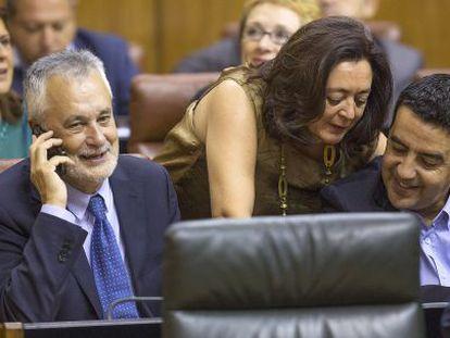 Griñán junto a María del Mar Moreno y Mario Jiménez, los tres nuevos senadores elegidos por el Parlamento de Andalucía.