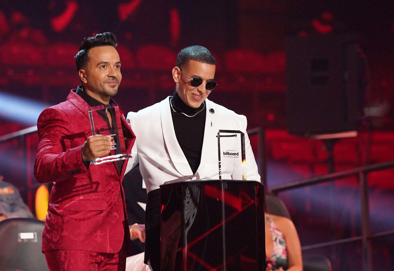 Los cantantes puertorriqueños Luis Fonsi y Daddy Yankee en los Premios Billboard de la Música Latina.