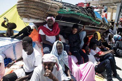Migrantes rescatados en el Mediterráneo, a bordo del 'Aquarius' el pasado 10 de junio.